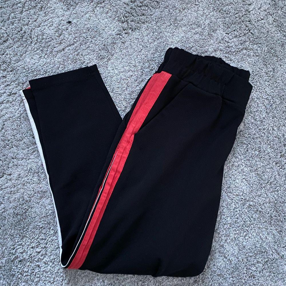 Säljer min kostymbyxor ish. sparsamt använda. 40kr + frakt. Jeans & Byxor.