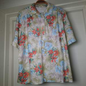 Gammal 60-/70-talsskjorta i toppskick, ingen storleksmärkning men är som en M