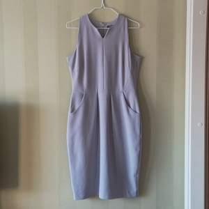 Lila klänning med dragkedja på ryggen. Använd endast en gång och är i gott skick. Tveka inte och höra av dig om du undrar något! Fri frakt och använder plicksafe om så önskas🌟