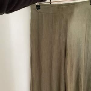 Gröna vida raka byxor från Pull&Bear. Tunna men exklusiva i tyget, perfekt för sommaren!