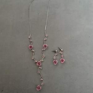 Ett sett med jättefina örhängen och halsband med rosa rosor, väldigt gulligt och i bra skick och knappt använda, frakt tillkommer