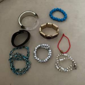 Flera armband som går att köpa styckvis eller flera, alla är i bra skick, priser kan vi diskutera beroende på vilket och hur många du vill ha💞, frakten kommer variera om du köper flera armband