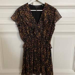 Klänning med leopardmönster från Scotch & Soda. Storlek XS. Mycket bra skick! ☺️
