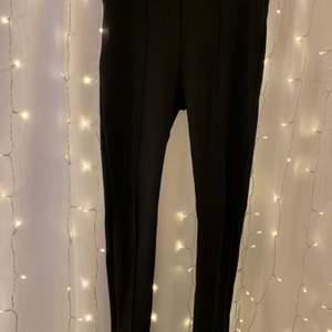 Tights från Bikbok, liknar kostymbyxor fast i tights format! Säljer pgr av att dom är förstora. Använda ca 5 gånger Nypris: 300, mitt pris: 100 !👏🏻 köparen står för frakt 🥰