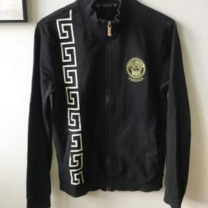 Zipper tröja från Versace💫 använd, syns lite på muddarna, men i övrigt gott skick! Helsvart baktill, fickor framtill. Herr strl S, M på tjejer.
