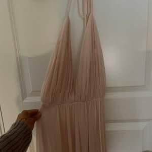 Säljer nu min balklänning som köptes till balen 2020! Då jag aldrig gick balen är klänningen aldrig använd, endast provad en gång! Den är sydd efter mina mått dock skulle jag säga att den passar XS-S utan problem. Hör av dig för mer info 🥰🥰  köpt för 1900