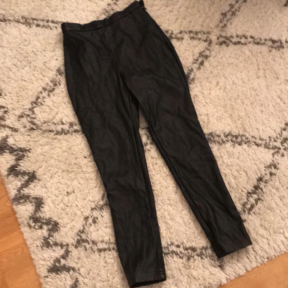 Fejkskinn byxor strl 34. Jättebra skick! Skrynkliga på bild tyvärr men fina på! Säljer endast pga för små för mig . Jeans & Byxor.