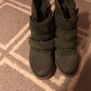 Säljer ett par mörkgröna kil klackar från j-shoes i nyskick/helt oanvända! storlek 39 frakt ingår i priset! (annonsen finns även på tise! Skriv om du har frågor :) priset kan disskuteras vid intresse ❤️