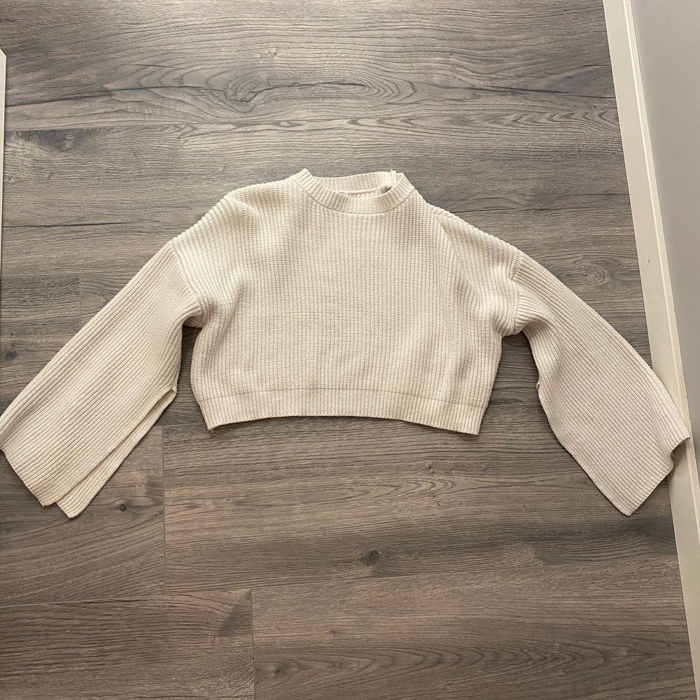 Jätte fin vit cropad sweater! De öppna armarna ger en väldigt härlig touch!  . Tröjor & Koftor.