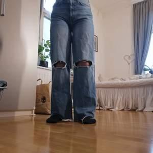 Nu säljer jag dessa populära jeansen från Lager 157 i storlek 36. Har klippt av typ 2 cm från byxkanten för att det skulle passa mig och jag är runt 1.62 och då går det ändan ner till fötterna. Säljer dessa för 150 + frakt. Köpta för 3 veckorsen. Frågor dm!