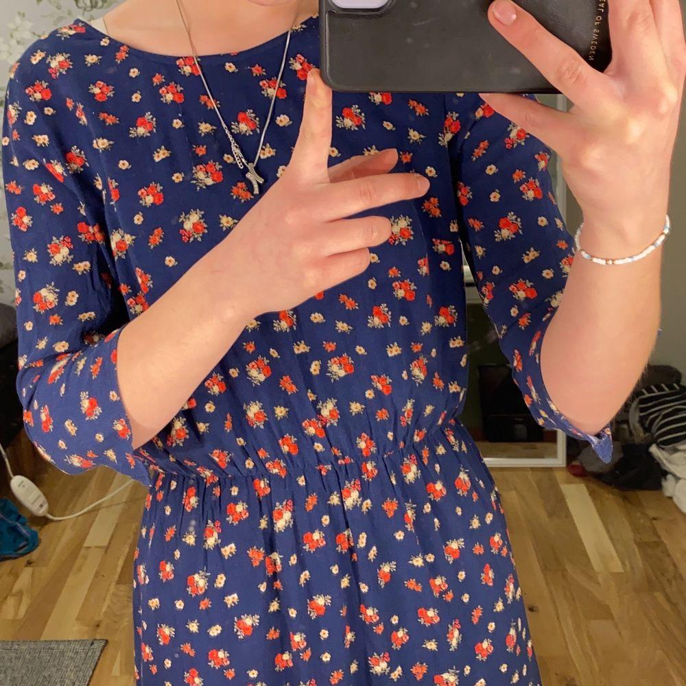 Luftig och skön klänning från H&M med mönsters använd fåtal gånger och i bra skick.. Klänningar.
