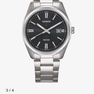Har en sån klocka som är på bilden den är riktigt fräsch säljer den för att jag köpt en ny