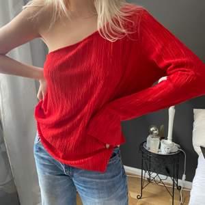 Röd ribbad och oversize one shoulder topp passar allt från s-L