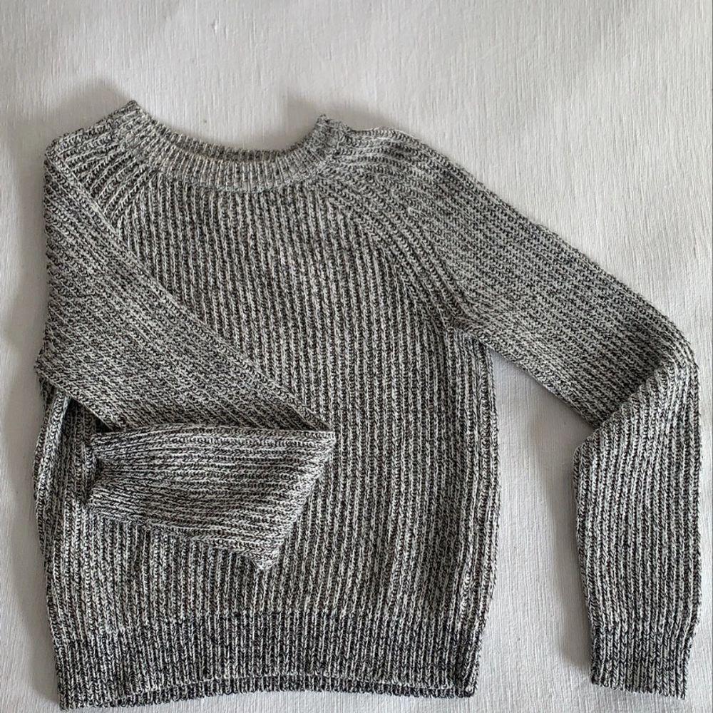 Grå stickad tröja i väldigt bra skick, lite tjockare material. Frakt tillkommer . Stickat.