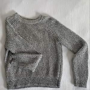 Grå stickad tröja i väldigt bra skick, lite tjockare material. Frakt tillkommer