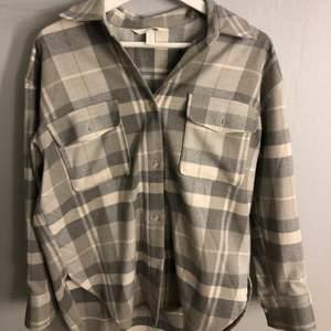 Rutig skjort-jacka från h&m!! Orginalpris: 399kr Köparen står för frakten❗️