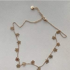 Säljer detta sjukt fina, lite kortare, halsband från Urban Outfitters då det tyvärr inte kommer till någon användning, och inte heller gjort sen jag köpt det. Det är guldigt, justerbart och i bra kvalité.💛 70kr ex. frakt