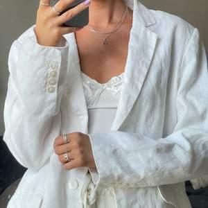 Vit linne kavaj 🤍 Storlek 42, jag är i vanliga fall en XS/S men gillar att den är lite oversized! 🥰 Frakt 55kr