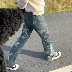 Lägger ut igen på grund utav oseriös köpare! Säljer mina älskade Moschino jeans med stjärnor, verkligen så snygga men kommer inte till lika mycket användning längre. Står storlek 31 men måtten motsvarar egentligen storlek 28. Väldigt unika och går bara att få tag på second hand. Köparen står för frakten!💕 BUD: 2000kr + frakt