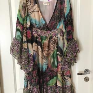 A beautiful and light boho dress with a unique mixed print, a-shaped with flare sleeves. Approximately 89 cm long. According to the tag it is Chloe but I'm not sure about the origin. The zipper is on the side. Köparen står för frakten.