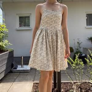 En fin blommig klänning med beige bakgrund och blå, rosa o gulbruna blommor. (Cottagecore Aesthetic)😍 Använd enstaka gånger. I storlek 36, men är väldigt liten i storleken. Har dragkedja på sidan och justerbara band. 70kr (+ eventuell frakt) 🧡