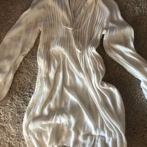 vit sommarklänning från h&m! köpte klänningen för flera år sedan men har inte kommit till använda! finns nog inte kvar på h&m längre!