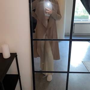 Fin nude färgad kappa från Fashionnova💕 knappt använd då jag har andra kappor.