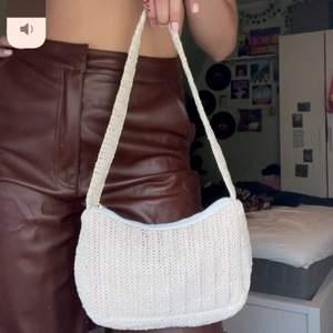Suuuperfin beige väska, säljer även byxorna i en annan annons!! 🌸