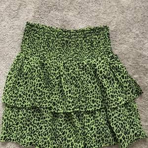 Grön volangkjol med leopardmönster ifrån kappahls barnavdelning, aldrig använd. Barnstorlek 158/164 men passar xs-m då det är väldigt stretchig. Köpare står för frakt