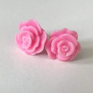 Gulliga örhängen som är formade som rosa rosor - de är ej äkta!