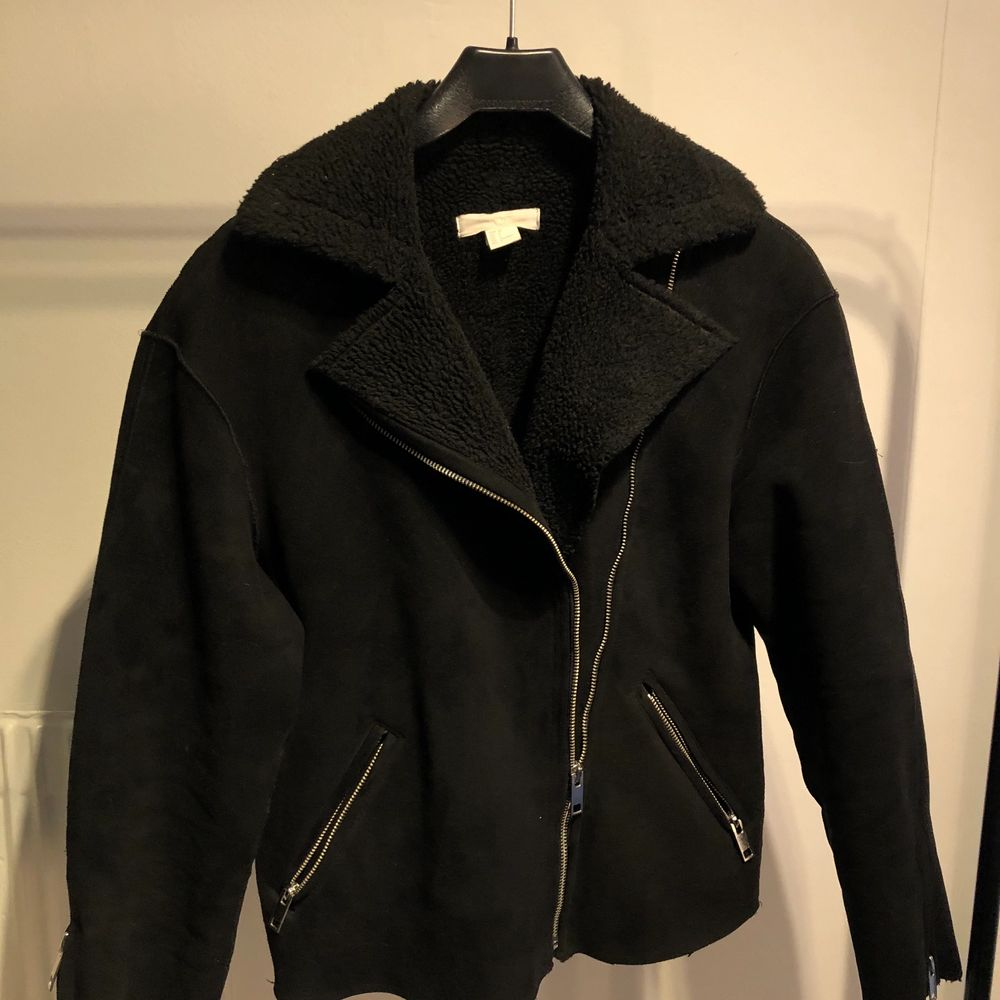 Säljer denna jackan jag köpte från HM för något år sedan. Materialet är i mocka och ull imitation! Använd mycket men fortfarande i rätt gott skick, kan vara lite veck vid armarna. Fråga gärna om fler bilder! Köparen står för frakten (110kr) och betalning sker via Swish! Titta gärna på mina andra annonser🤎🥺. Jackor.