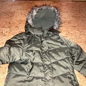 Säljer denna jacka med fakepäls! Så fin!!!! Bra skick! (Alkoholfri cider på bilden om någon undrar 😂)
