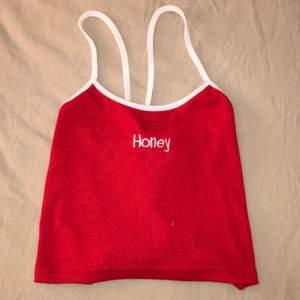 Röd top med korsning i ryggen, bra skick 💗 i storlek xs för 55kr, stretchig