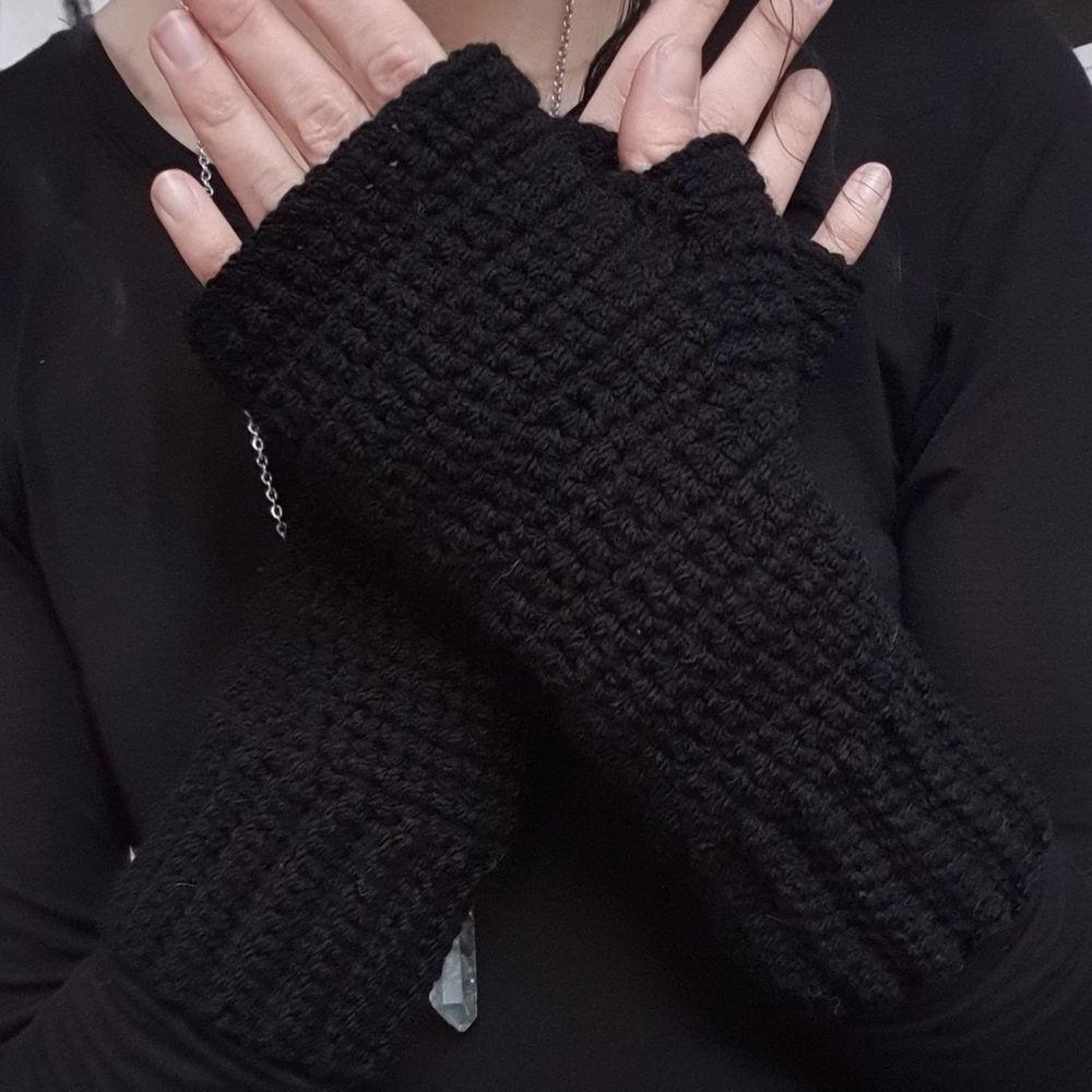 Egenvirkade torgvantar (fingerless gloves) i 100% akrylgarn. Vantarna är värmande med kärlek i varje maska. 🌛🙏🖤 Skickas med posten spårbar eller avh/möte Eskilstuna.. Accessoarer.