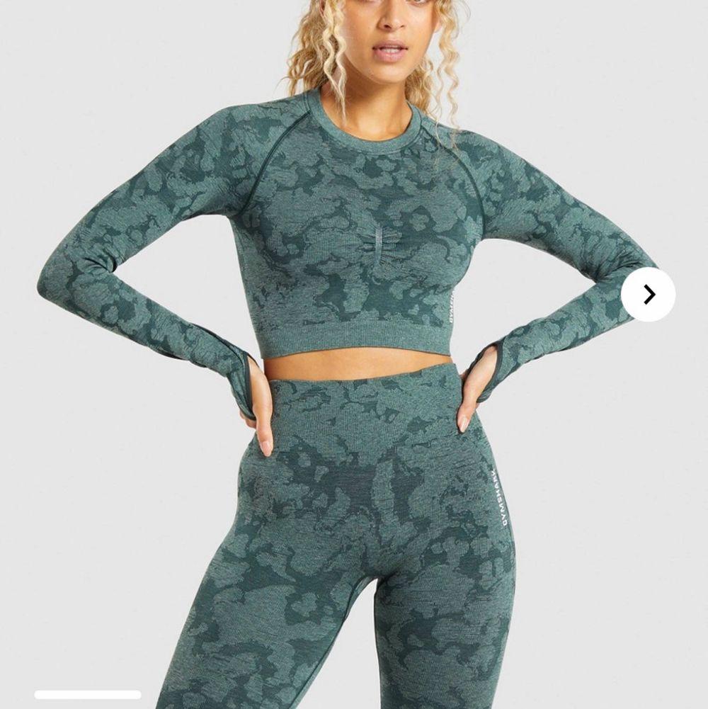 Säljer denna helt oanvända tröja då den är för liten för mig, nypris 500kr💕. Huvtröjor & Träningströjor.