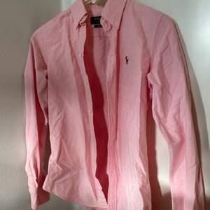 En rosa kostymsydd äkta Ralph Lauren skjorta! Använd mycket fåtal gånger så den är precis som ny 💋 Frakt tillkommer!