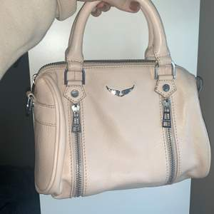 Det är en XS Sunny Handväska i färgen beige, andra bilden är lånad för att kunna visa storleken! Tycker om väskan väldigt mycket men inte kommit till användning pågrund av att den är beige och det precis varit vinter, jag säljer endast för bra bud!⭐️💞