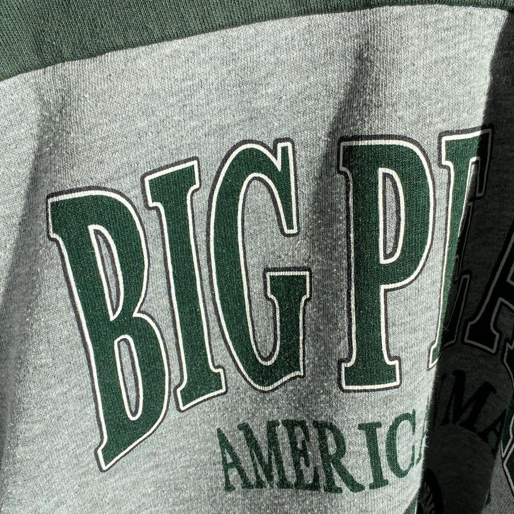 Vintage sweatshirt köpt på en second hand butik i USA för typ 2 år sedan, sitter som en S- M HÖGSTA BUD : 200kr + 75kr i frakt . Tröjor & Koftor.