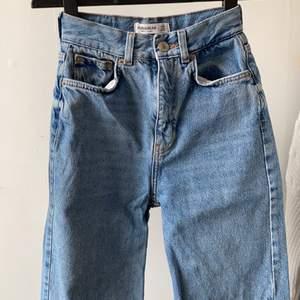 blå jeans från pullandbear i storlek 32