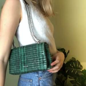 Grön väska med krokodil mönster. Köpt i spanien 💚 Titta in mina andra annonser då jag ofta ger paketpris och rabatt vid köp av flera plagg 🥰