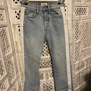 Ett para snygga jeans från zara, säljer dem på grund av att de tyvärr blivit för små för mig.