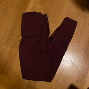 Supersnygga vinröda jeans, använda nån gång! Säljes för 80kr, frakt tillkommer 💛