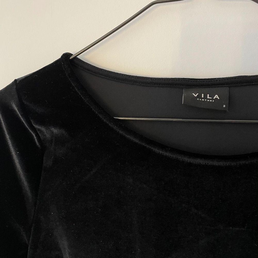 Fin klänning i sammet! Knappt använd. Frakt tillkommer 💓. Klänningar.