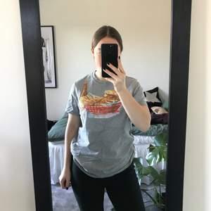 Grå T-shirt med coolt tryck från Abercrombie&fitch. Den är använd men i väldigt bra skick. Köparen står för frakten.