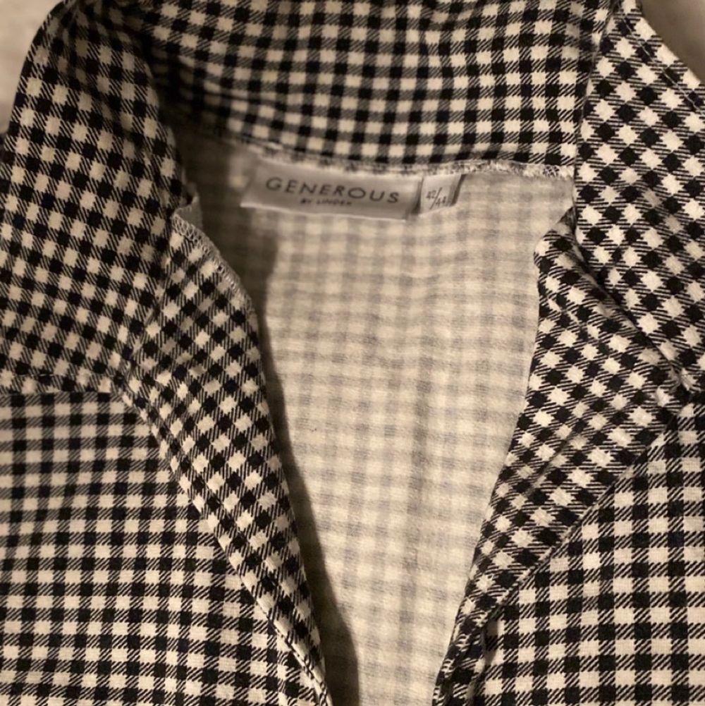 En halv långärmad tröja med små rutor på. Bra skick!. T-shirts.