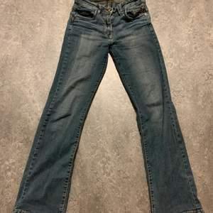 Jätte fina low waist bootcut jeans! Superbra skick använda ett fåtal gånger. Finns bilder på oxå!