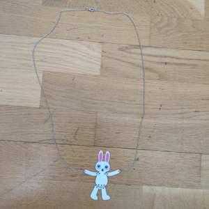 Väldigt långt halsband (kedjan är ungefär 38 cm) med en kanin i slutet. Väldigt fin, bra skick och knappt använd. Kommer från Glitter. Säljs då den inte är min stil. (Köparen står för frakten)