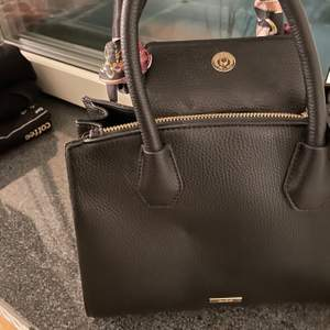 Helt ny handväska. Knappt använd. Märke:ALDO. Super gullig, väldigt bra kvalite och ser fin ut.