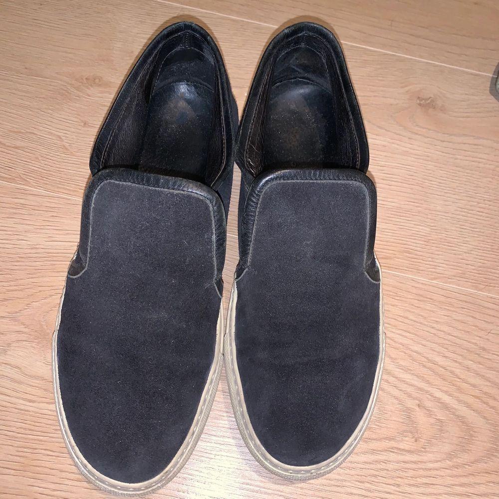 De är i storlek 38 men passar mig med storlek 39. Vet inte vad de kommer ifrån och det står ingenstans på skon. Är i mockamaterial runt hela skon. Kan också rengöra lite innan🤩. Skor.