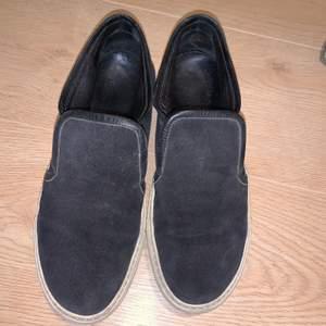 De är i storlek 38 men passar mig med storlek 39. Vet inte vad de kommer ifrån och det står ingenstans på skon. Är i mockamaterial runt hela skon. Kan också rengöra lite innan🤩